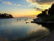Zonsondergang in een baai stock foto