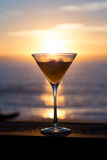 Zonsondergang in een martini-glas royalty-vrije stock foto