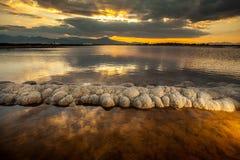 Zonsondergang in een storting van zout Stock Fotografie