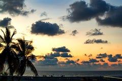 Zonsondergang in een strand bij het Caraïbische overzees stock foto's