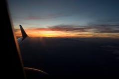 Zonsondergang in een vliegtuig Stock Foto's