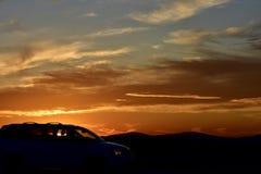 Zonsondergang en aandrijving Stock Foto