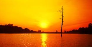 Zonsondergang en bezinning over het meer royalty-vrije stock afbeelding