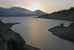 Zonsondergang en contre op het Charvak-reservoir Royalty-vrije Stock Foto's