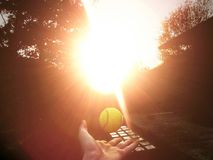 Zonsondergang en de bal stock afbeeldingen