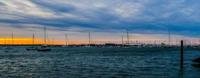 Zonsondergang en de Brug op Narragansett-Baai Stock Afbeeldingen