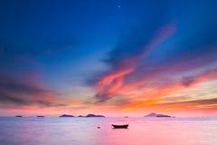 Zonsondergang en een boot royalty-vrije stock afbeelding