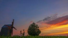 Zonsondergang en een oude houten windmolen Geschoten op Canon 5D Mark II met Eerste l-Lenzen stock video