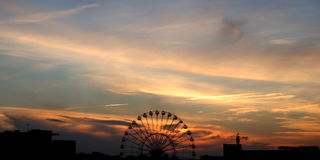 Zonsondergang en een Reuzenrad Royalty-vrije Stock Foto