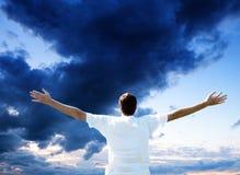 Zonsondergang en gelukkige mens Stock Afbeeldingen