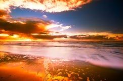 Zonsondergang en golven Stock Afbeeldingen