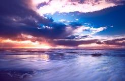 Zonsondergang en golven Royalty-vrije Stock Afbeeldingen