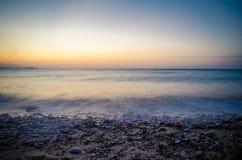 Zonsondergang en golven Stock Afbeelding