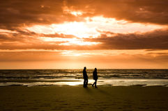 Zonsondergang en golven Royalty-vrije Stock Afbeelding