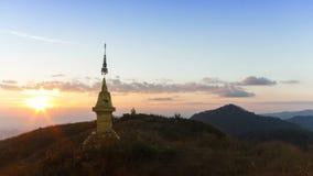 Zonsondergang en Gouden Pagode op de heuvel stock videobeelden