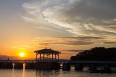 Zonsondergang en hutsilhouet van het overzees, Koh Sichang, de uitstekende beelden van Thailand Stock Foto