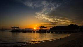 Zonsondergang en hutsilhouet van het overzees, Koh Sichang, Thailand Stock Afbeelding