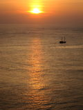 Zonsondergang en kleine boot Royalty-vrije Stock Foto