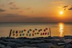 Zonsondergang en kleurrijke ballons op kabels stock foto
