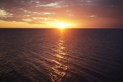 Zonsondergang en licht van de zon op het overzees Stock Afbeeldingen