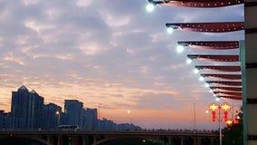 Zonsondergang en lichten van de kleine stad bij schemer stock afbeelding