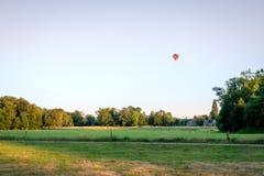 Zonsondergang en luchtballon boven Nederlands de Zomerlandschap Delden, Twente Stock Foto's