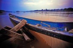 Zonsondergang en oude boot Stock Foto's