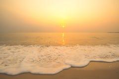 Zonsondergang en overzees op strand Royalty-vrije Stock Foto