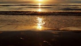 Zonsondergang en overzeese golven Royalty-vrije Stock Fotografie
