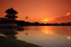 Zonsondergang en pagode in het park Royalty-vrije Stock Afbeeldingen