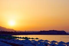 Zonsondergang en panorama van zeekust stock foto's