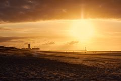 Zonsondergang en panorama van zeekust royalty-vrije stock afbeelding