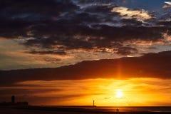 Zonsondergang en panorama van zeekust stock foto