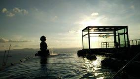 Zonsondergang en pool Stock Afbeeldingen