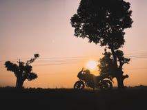 Zonsondergang en reis stock afbeeldingen