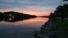 Zonsondergang en rivier stock foto's