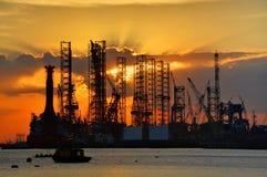 Zonsondergang en scheepswerf Stock Foto