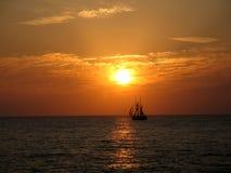 Zonsondergang en schepen op het overzees Royalty-vrije Stock Fotografie