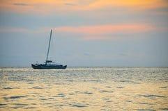Zonsondergang en ship2 Stock Afbeeldingen