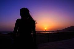 Zonsondergang en silhouet van een vrouw Royalty-vrije Stock Fotografie