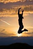 Zonsondergang en sprong Royalty-vrije Stock Afbeeldingen