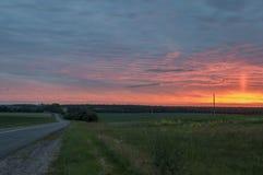 Zonsondergang en sunrises Tedere heldere nacht de donkerblauwe hemel met tinten van gele sinaasappel, rood, en veel betrekt Silho Royalty-vrije Stock Fotografie
