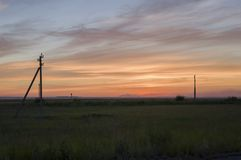 Zonsondergang en sunrises Tedere heldere nacht de donkerblauwe hemel met tinten van gele sinaasappel, rood, en veel betrekt Silho Stock Fotografie