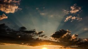 Zonsondergang en van de wolkenhemel tijdtijdspanne stock videobeelden