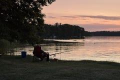 Zonsondergang en visserij op Weekend Royalty-vrije Stock Afbeelding