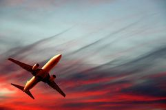 Zonsondergang en vliegtuig Royalty-vrije Stock Foto's