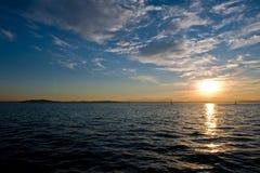 Zonsondergang en zeilboten stock afbeeldingen