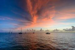 Zonsondergang en zeilboten Stock Foto's