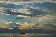 Zonsondergang en zonsopgang met dramatische hemel over oceaan stock afbeelding