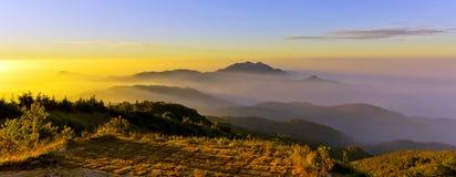 Zonsondergang en zonstijging van berg stock afbeelding